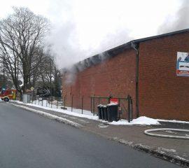 28.02.18 : Großeinsatz bei Feuer in Nenndorf : Transporter brannte in Werkstatt – Feuer greift auf Gebäude über – sieben Feuerwehren im Einsatz