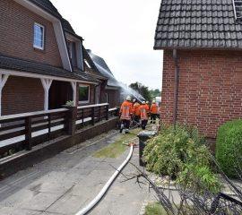 24.05.18 : Ausgedehnter Heckenbrand in Wesel droht auf Wohnhaus überzugreifen Schnelles Eingreifen der Feuerwehr verhindert Schlimmeres