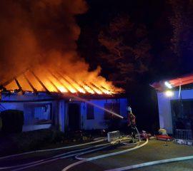 23.05.18 : Großeinsatz der Feuerwehr Seevetal bei Dachstuhlbrand in Horst – Dachstuhl brennt vollständig aus