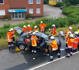 14.06.18 : Schwerer Verkehrsunfall in Hittfeld – Feuerwehr rettet zwei Personen aus PKW