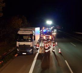 07.11.18 : Erneut Feuerwehreinsatz wegen leck geschlagenem LKW Tank – FF Maschen pumpt Dieselkraftstoff auf A 1 um