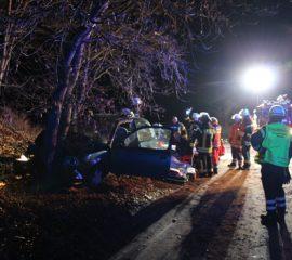 12.12.18 : Schwerer Verkehrsunfall in Stelle – PKW prallte gegen Baum- ein Schwerverletzter