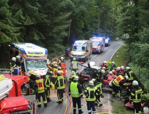 Rettungswagen im Einsatz kollidiert mit entgegen kommenden PKW bei Sprötze – drei teils Schwerstverletzte – Großeinsatz für Feuerwehren und Rettungsdienst
